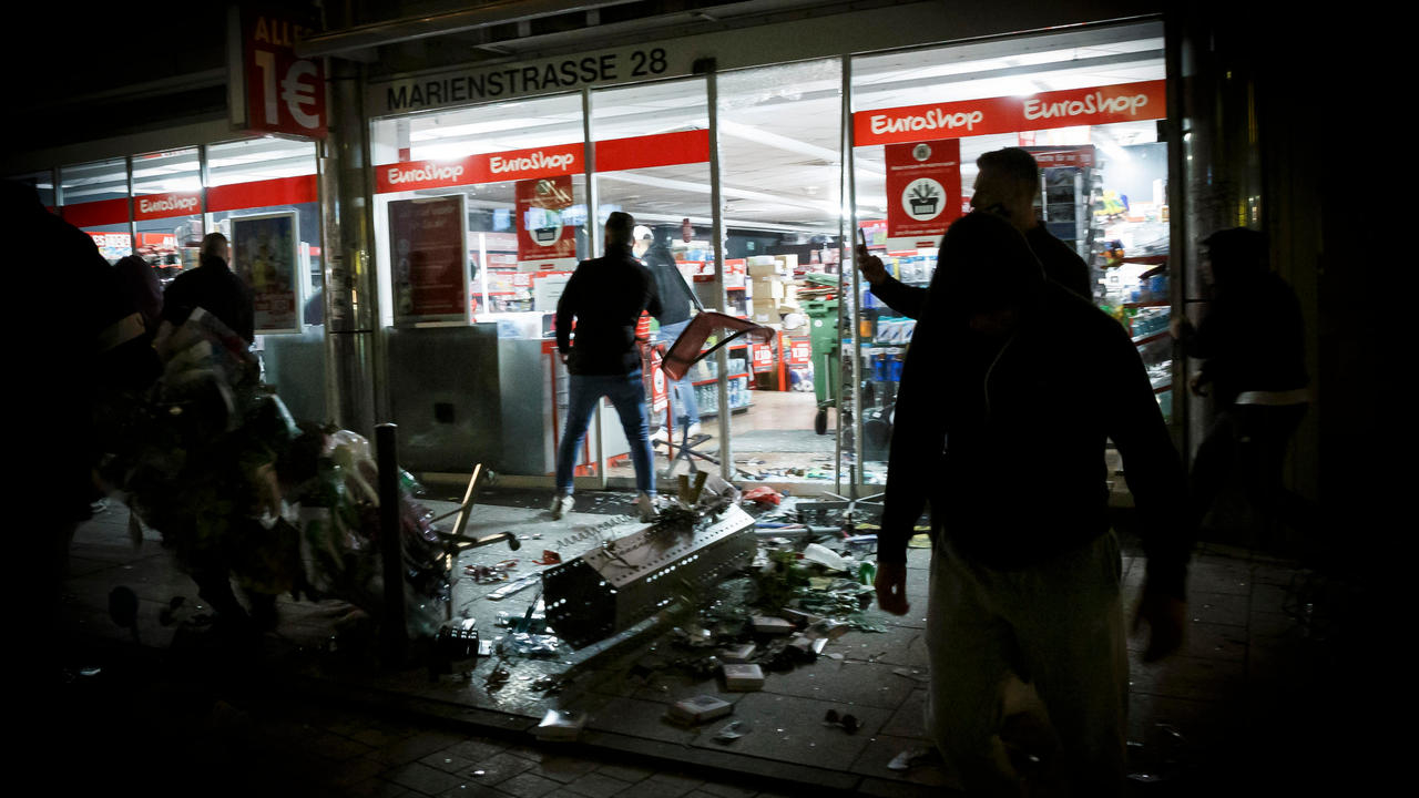 Photo of Unbelievable scenes: Hundreds of party-goers clash with police, loot shops in German city