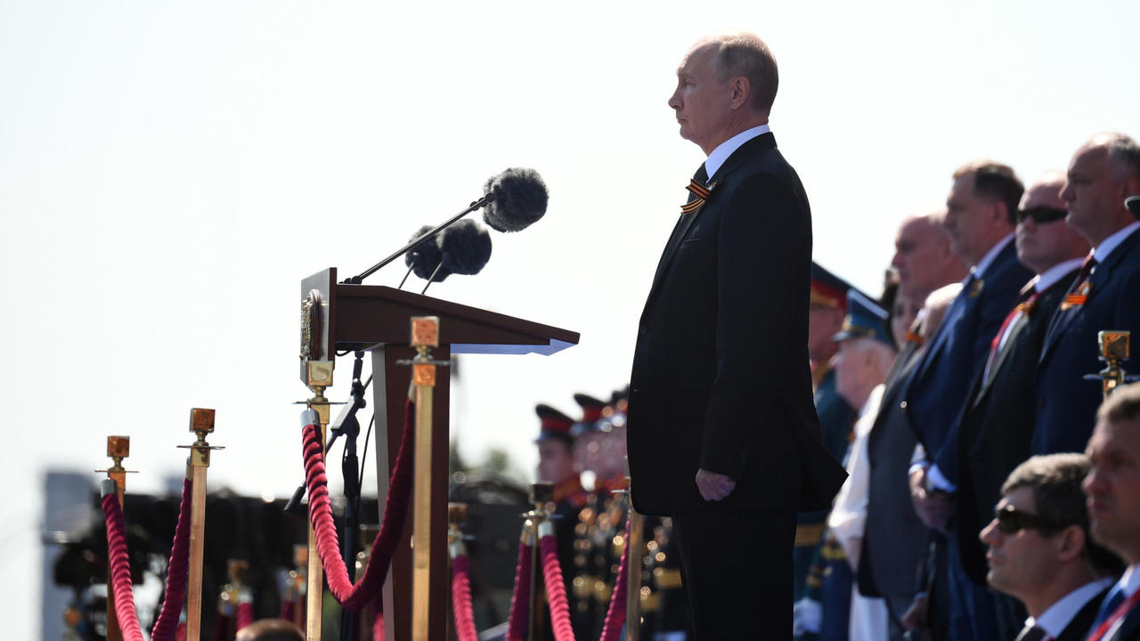 Photo of Putin reviews Red Square military parade on eve of constitutional vote