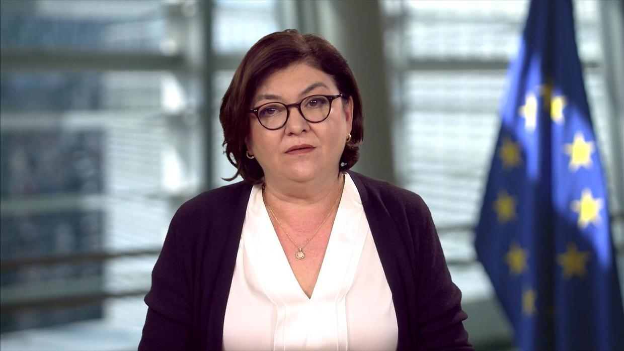 Photo of EU Transport Commissioner: 'Social distancing is recommended but not compulsory in airplanes'