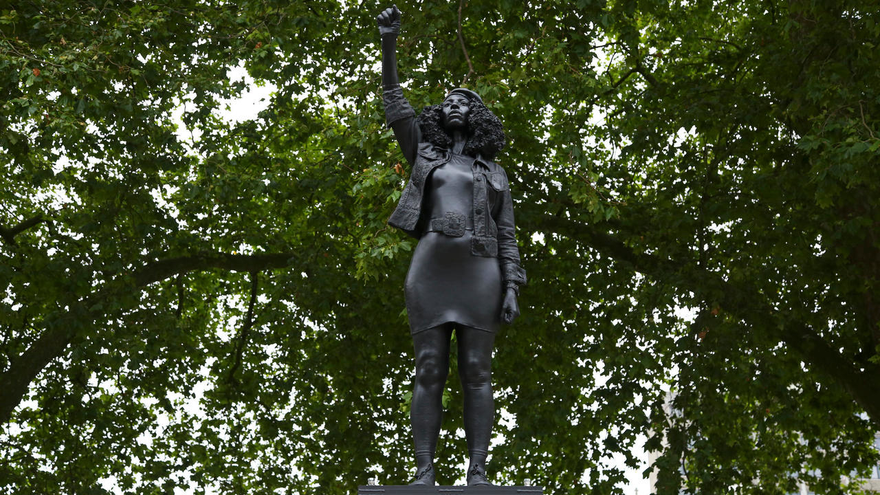 Photo of UK slave trader statue in Bristol replaced by sculpture of black protester