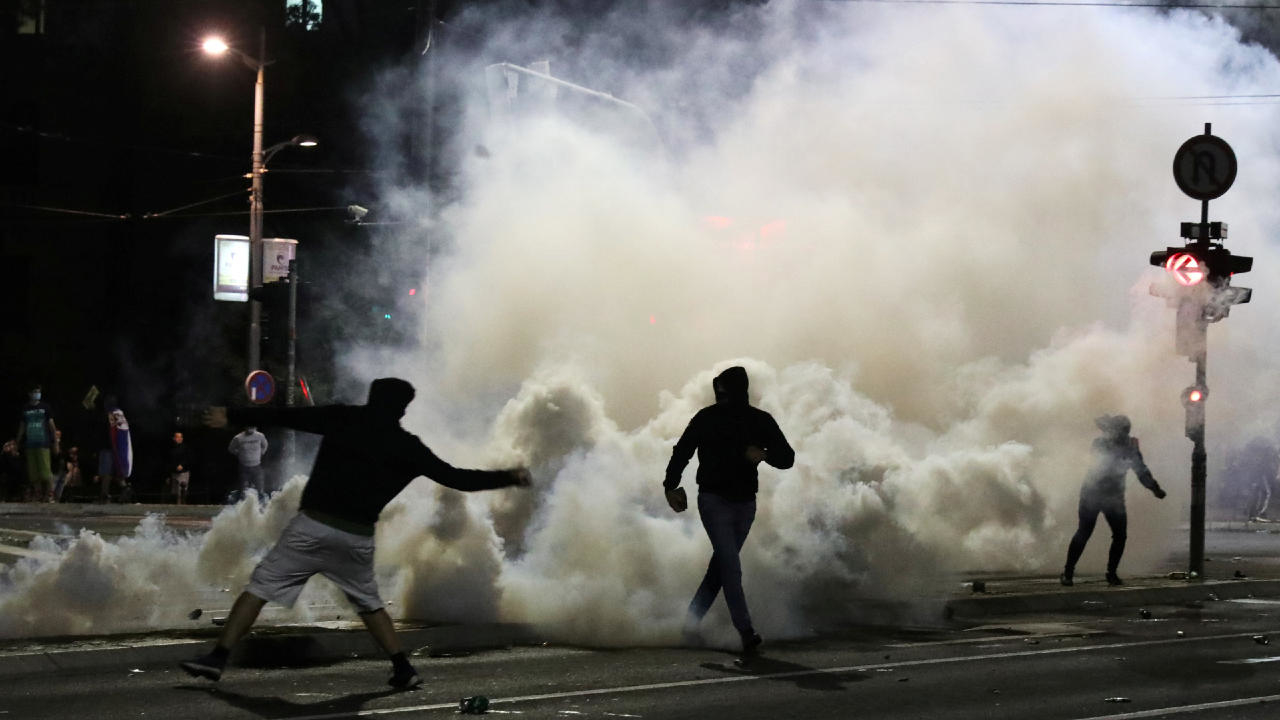 Photo of Thousands protest in Belgrade as Serbia reimposes Covid-19 curfew