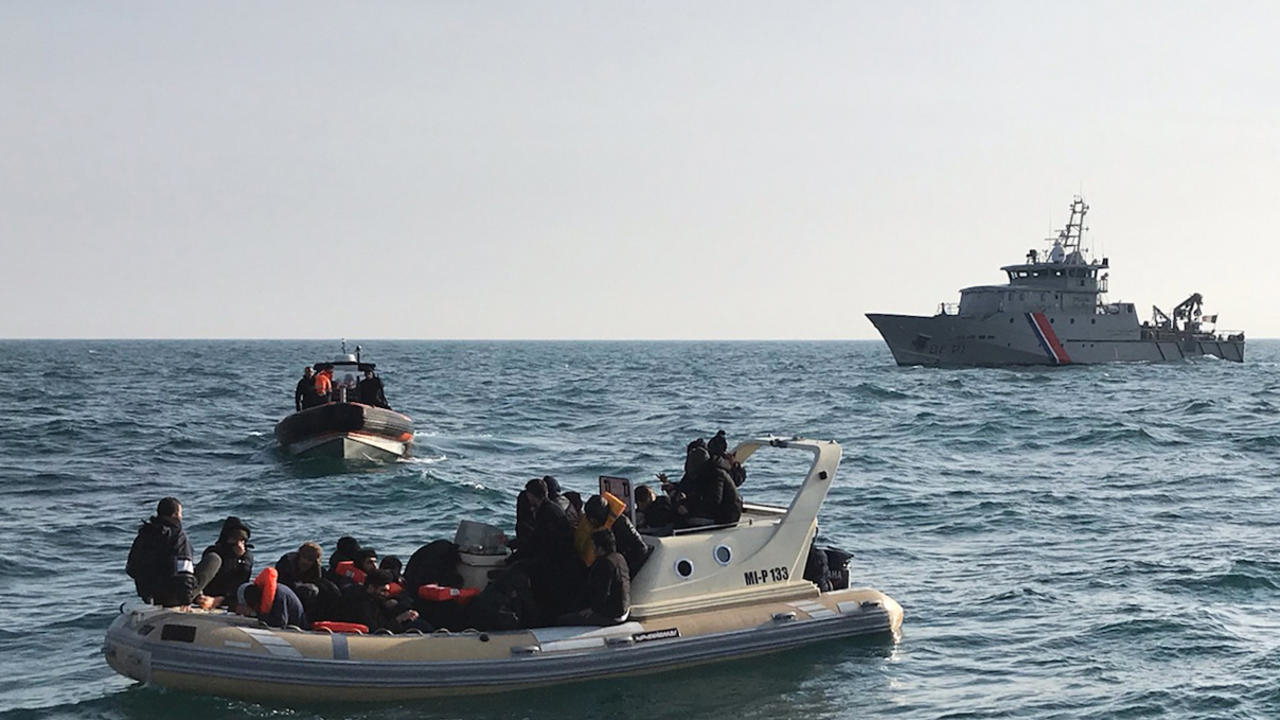 Photo of UK calls on France to intercept migrants crossing Channel as numbers rise