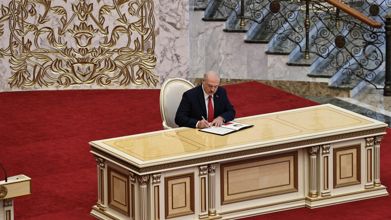 Photo of Belarus leader Lukashenko holds secret inauguration amid continuing protests