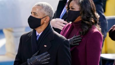 Photo of Michelle Obama and former POTUS Barack 'can't get a word in' with daughters