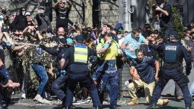 Photo of Melbourne anti-lockdown protesters scatter after police make multiple arrests